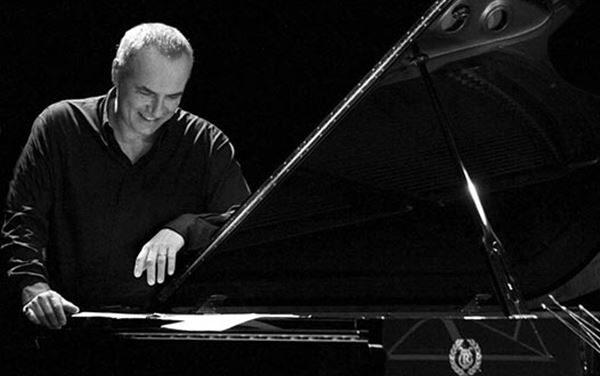 Teatro Cilea incantato dal 'pianista gentile' Danilo Rea in trio con Ares Tavolazzi e Adam Pache